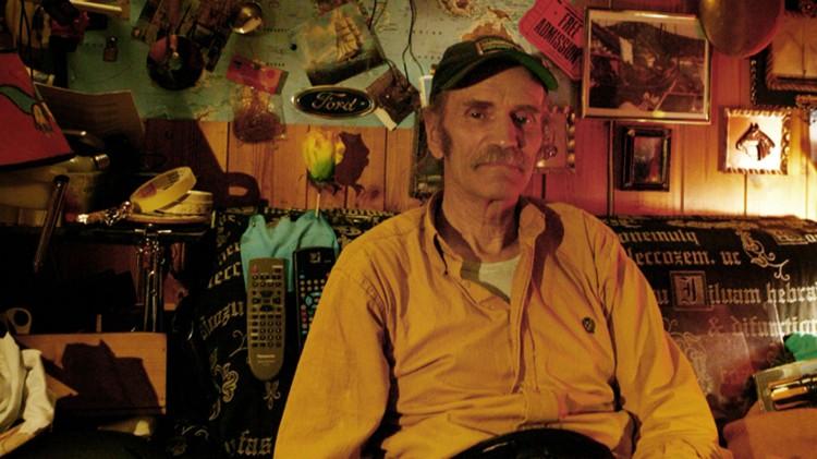 Fred Robsahm i sitt hjem i Lillesand i dokumentarfilmen Natural Born Star (Foto: © Fredrik Fiction).