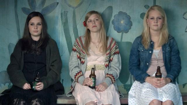 Malin Bjørhovde, Helene Bergsholm og Beate Støfring i Få meg på, for faen (Foto: Norsk Film Distribusjon).