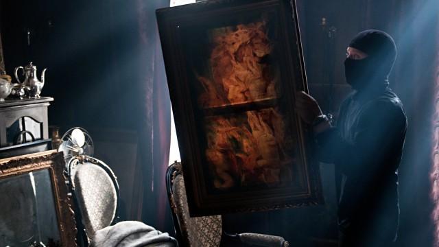 Roger Brown (Aksel Hennie) stjeler kundenes kunst i Hodejegerne (Foto: Friland AS / Erik Aavatsmark).