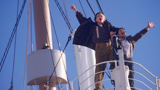 Jack (Leonardo DiCaprio) og Fabrizio (Danny Nucci) i baugen på Titanic (Foto: 20th Century Fox).