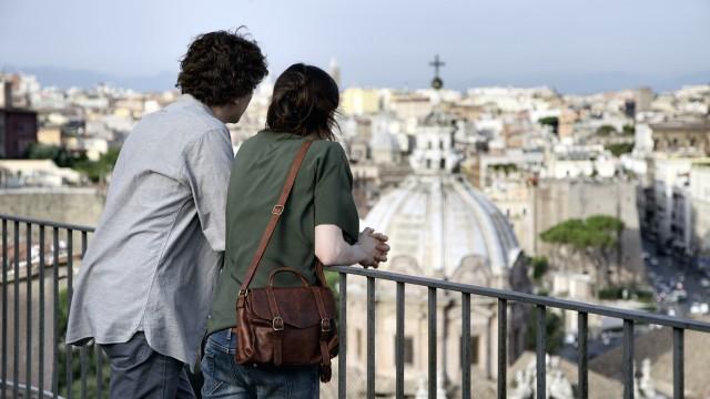 Jesse Eisenberg og Ellen Page skuer ut over den evige by i To Rome With Love (Foto: Scanbox).