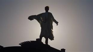 Lawrence poserer på toppen av et avsporet tog i Lawrence of Arabia (Foto: Sony Pictures Home Entertainment).
