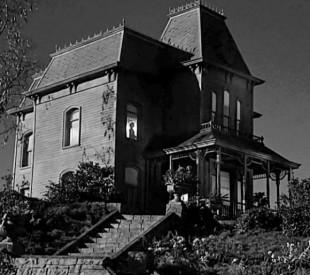 Det velkjende huset på toppen av bakken er framleis med. (Foto:  Universal)