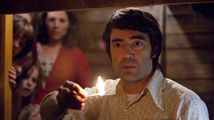 Ron Livingston sjekker kjelleren i The Conjuring (Foto: Warner Bros./SF Norge AS).