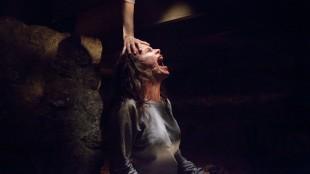 Carolyn (Lily Taylor) mottar en hjelpende hånd i The Conjuring (Foto: Warner Bros./SF Norge AS).