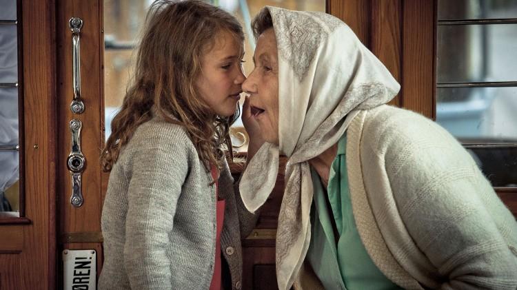 Mona og mormor konspirerer sammen i Mormor og de åtte ungene. (Foto: Paradox Produksjon AS).