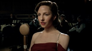 Greta (Katharina Schuttler) synger for tyske soldater og drømmer om å bli den nye Marlene Dietrich. (Foto: ZDF/Beta Film)