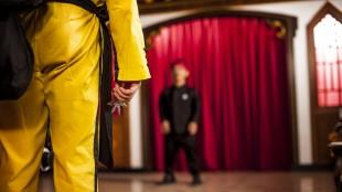 Jompa Tormann (Stig Frode Henriksen) klar med ninjastjerne i Kill Buljo 2. (Foto: Tor Øra/Tappeluft Pictures)