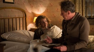 Liesel (Sophie Nélisse) finner tonen med fosterfar Hans (Geoffrey Rush) i Boktyven (Foto: Twentieth Century Fox Film Corporation).