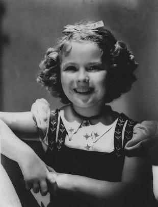 Da dette bildet fra 1936 ble tatt var Temple allerede en av USAs mest kjente filmstjerner. Før hun hadde fylt ti år hadde hun vunnet en Oscar-pris og var en av de mest populære stjernene under den amerikanske depresjonen. (AP Photos/Files)