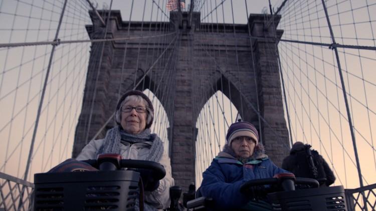 De to gamle damene reiser til New York for å snakke med finansmennene på Wall Street. (Foto: Storytelling Media).