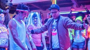 Zac Efron og Seth Rogen i en dance-off i Bad Neighbours (Foto: United International Pictures).