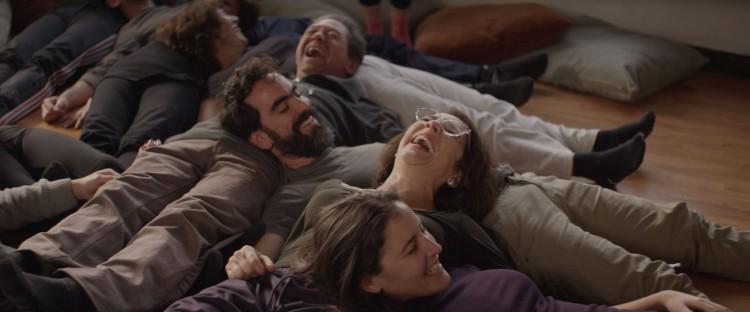 Hva gjør man når man er ensom og ulykkelig? Går på latteryoga selvfølgelig! (Foto: Storytelling Media).
