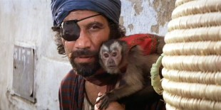 Vic Tablian i rollen som Monkey Man, med den apekatten, i et stillbilde fra «Raiders of the Lost Ark» (1981). (Foto: Paramount Pictures)