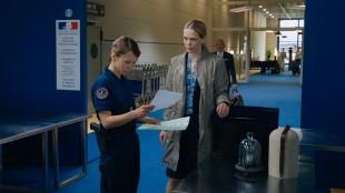 Marie (Ane Dahl Torp) får problemer i den franske tollen i 1001 gram (Foto: Norsk Filmdistribusjon).