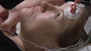 Solveig Melkeraaen får elektrosjokkterapi i Flink pike (Foto: Tour de Force).