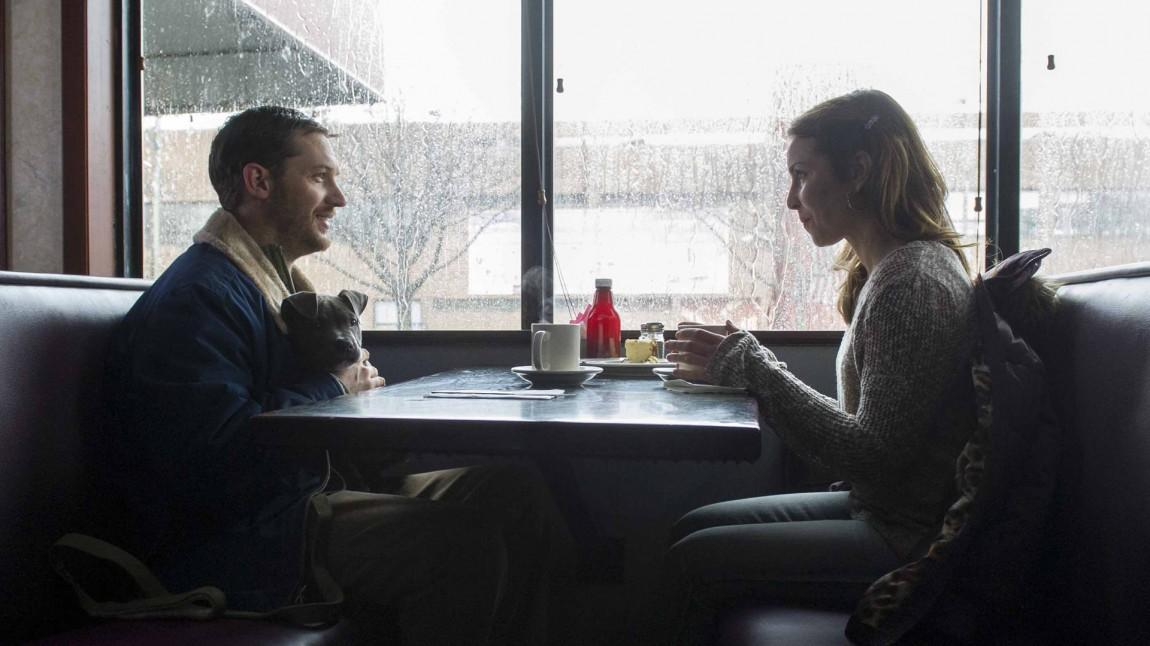 Bob (Tom Hardy) spiser lunsj og diskuterer hund med Nadia (Noomi Rapace) (Foto: Tour de Force).