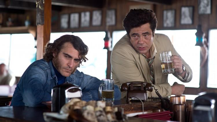 Joaquin Phoenix og Benicio Del Toro i Inherent Vice (Foto: SF Norge AS/Warner).