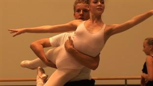 Torgeir Lund løfter dansepartner i Ballettguttene (Tour de Force).