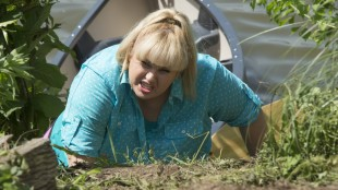 Fat Amy (Rebel Wilson) er fremdeles morsom, men kvaliteten på humoren er ikke på høyde med originalfilmen i Pitch Perfect 2. (Foto: United International Pictures)