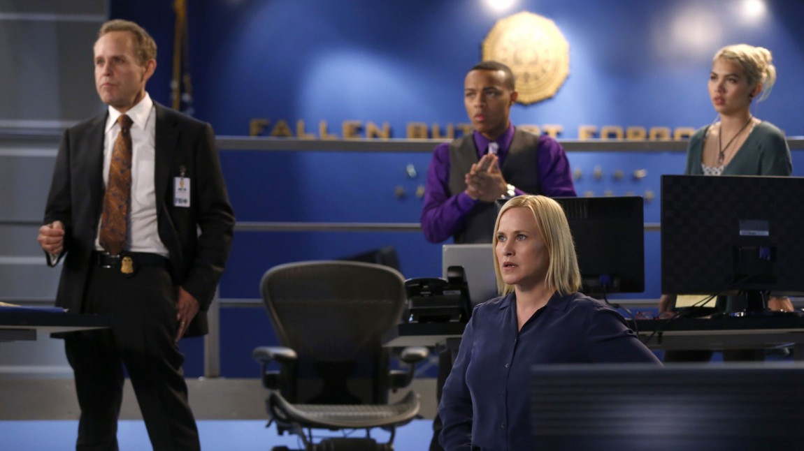 Simon Sifter (Peter MacNicol) Brody Nelson (Shad Moss ),  Avery Ryan (Patricia Arquette)og Raven Ramirez (Hayley Kiyoko) i CSI: Cyber. (Foto: TVNorge, SBSDiscovery)