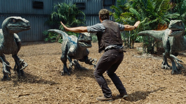 Owen (Chris Pratt) er oppasser for Velociraptorer i Jurassic World (Foto: United International Pictures).
