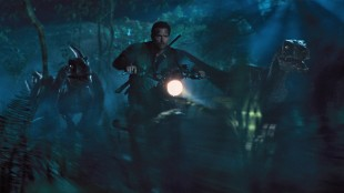 Owen (Chris Pratt) tar med sine halvtemmede Velociraptorer på jakt i Jurassic World (Foto: United International Pictures).