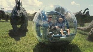 Zach (Nick Robinson) og Gray (Ty Simpkins) på tur i temaparken Jurassic World (Foto: United International Pictures).