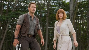 Owen (Chris Pratt) og Claire (Bryce Dallas Howard) ser noe stort i Jurassic World (Foto: United International Pictures).