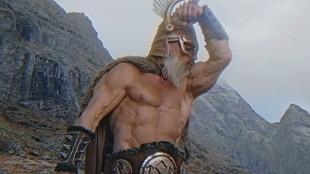 Etter å ha hacket seg litt for langt tilbake i tid, bli Kung Fury kamerat med tordenguden Thor. En hammersvingende fyr som er svært fornøyd med egen kropp. (Skjermdump fra Kung Fury, Foto: LaserUnicorns, kungfury.com)