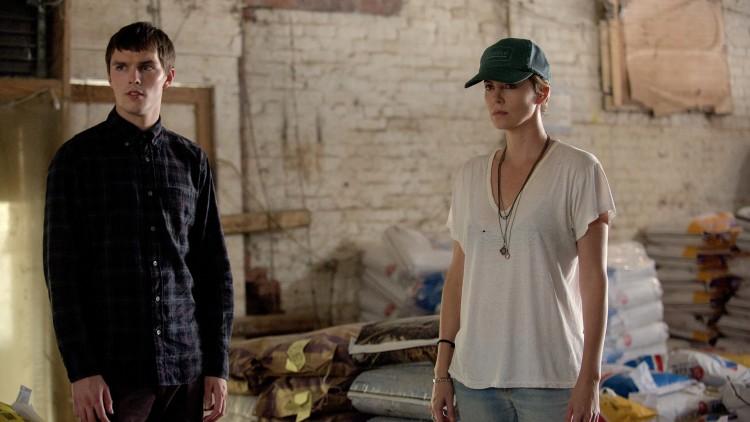 Nicholas Hoult og Charlize Theron spiller sammen i Dark Places (Foto: SF Norge AS).