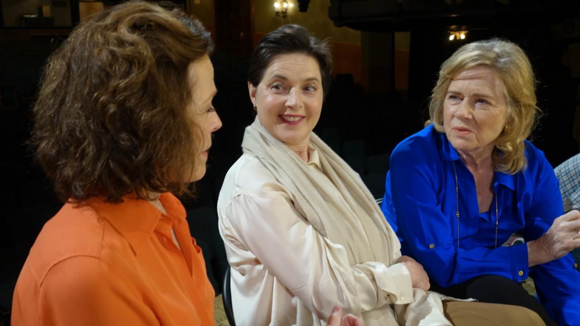 Sigourney Weaver (t.v) og Liv Ullman (t.h) er omtrent de eneste utenom Ingrid Bergmans familie som får være med å fortelle filmstjernens historie. Her er de to skuespillerne sammen med kollega, og Bergmans datter, Isabella Rosselini. (Foto: Another World Entertainment)