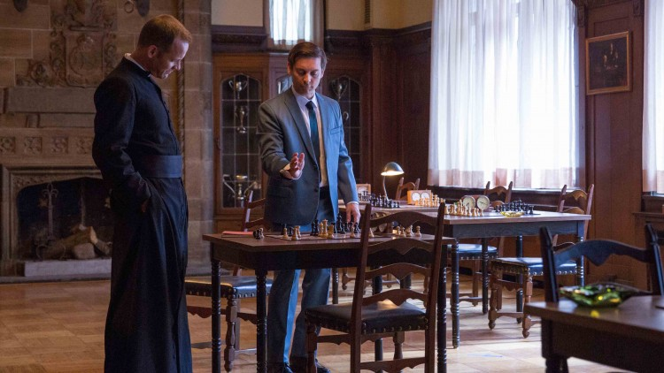 Bobby Fischer (Tobey Maguire) gir Fader Lombardy (Peter Sarsgaard) en sjakkleksjon i Pawn Sacrifice (Foto: SF Norge AS).