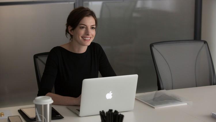 Jules (Anne Hathaway) har suksess med nettbutikk i The Intern (Foto: SF Norge AS).