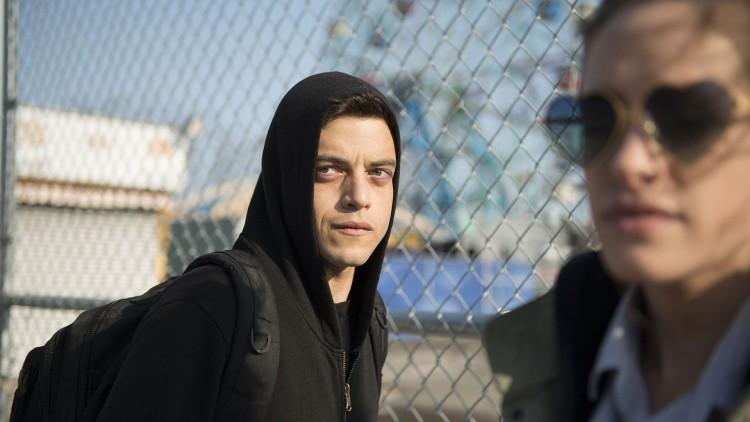 Elliot er superparanoid, og liker å gjemme seg i hettegenseren sin. (Foto: NBCUniversal Television Distribution).