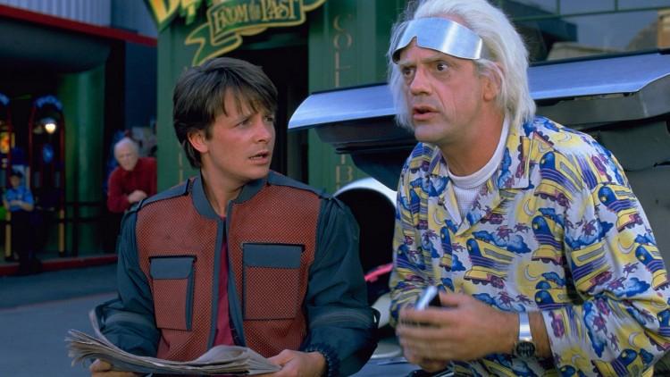 Doc. må ha på seg disse sølvbrillene når hun kjører flyvende biler i 2015. (Foto: Universal Pictures).