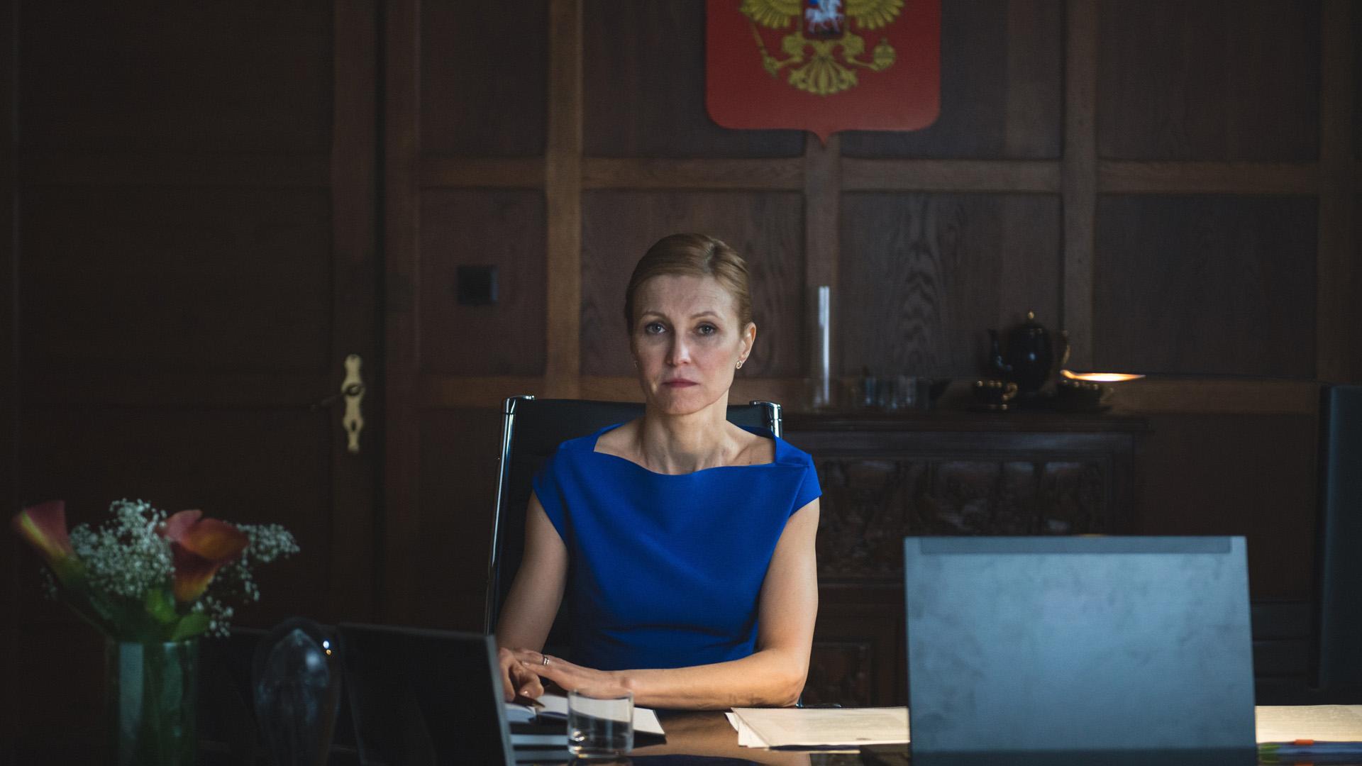 Den russiske ambassadøren Irina Sidorva (Ingeborga Dapkunaite) kommer med stadig små krav til norske myndigheter. (Foto: TV2)