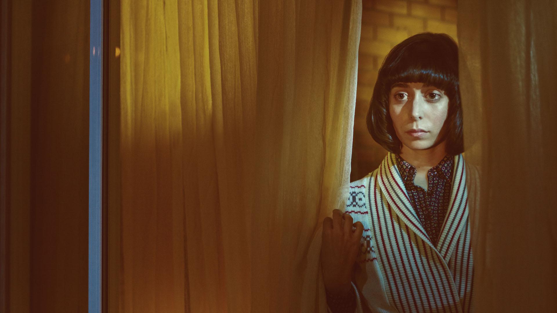 Betsy Solverson (Cristin Milioti) er kona til den lokale sheriffen og gjør lurt i å holde et årvåkent blikk ut vinduet. (Foto: HBO Nordic, FX, MGM)
