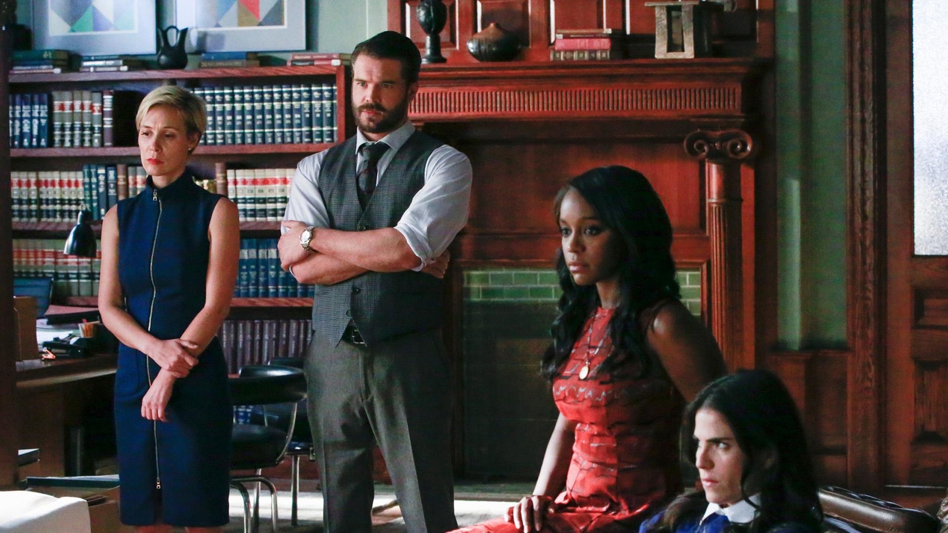 Bonnie (Liza Weil) og Frank (Charlie Weber) fortsetter å jobbe tett med studentene. Bådenår det gjelder jus og privatliv. (Foto: SBS Discovery)