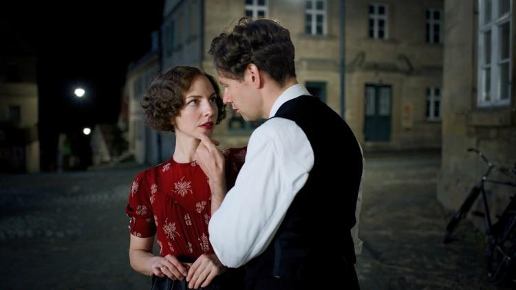 Georg Elser (Christian Friedel) og Elsa (Katharina Schüttler) innleder et intenst forhold i Elser - 13 minutter fra Hitler (Foto: SF Norge AS)