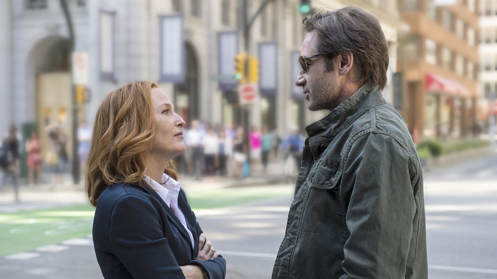 Kjemien mellom Scully (Gillian Anderson) og Mulder (David Duchovny) bruker noen replikkvekslinger på å riste av seg støvet, men så maler krimduoens motor som ei katt.(Foto: TV3, Viaplay, FOX, Ed Araquel)