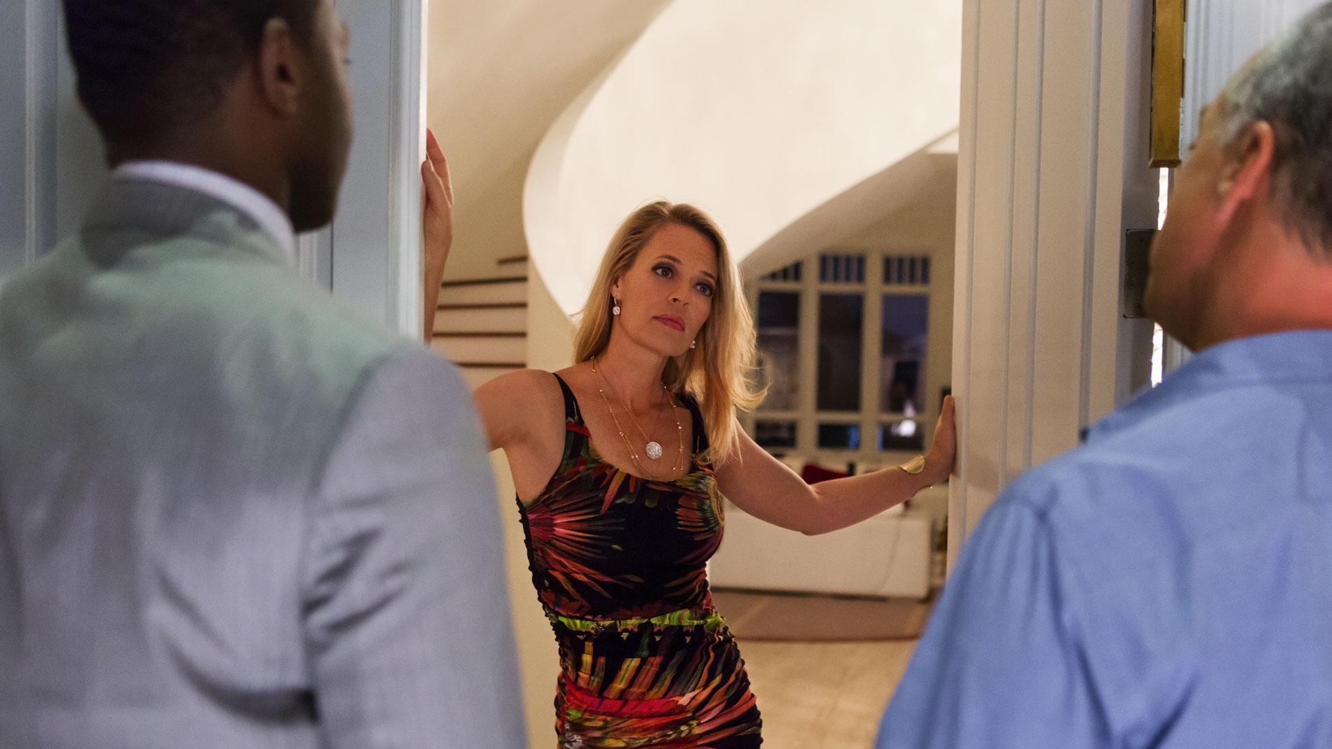 """Den tidligere stripperen Veronica Allen  (Jeri Ryan) mister sin rike mann i en alvorlig """"kule i bakhode""""-ulykke. Slikt får du etterforskere på døra av.  (Foto: Amazon, HBO Nordic)"""
