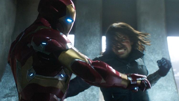Hard kamp mellom Iron Man (Robert Downey Jr.) og Winter Soldier (Sebastian Stan) i Captain America: Civil War (Foto: The Walt Disney Company Nordic).
