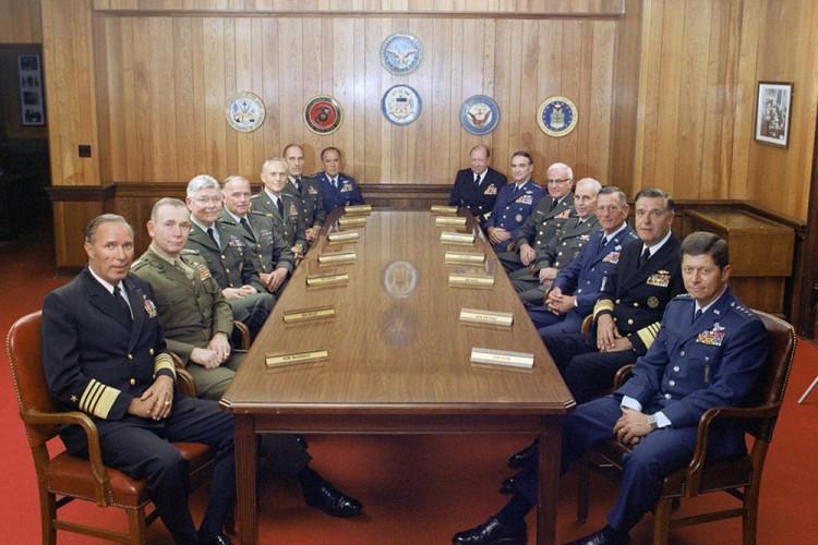 Nei, det er ikke disse herrene som invaderer Europa i Where To Invade Next, men bildet av dem er likefullt med i filmen (Foto: Norsk Filmdistribusjon).