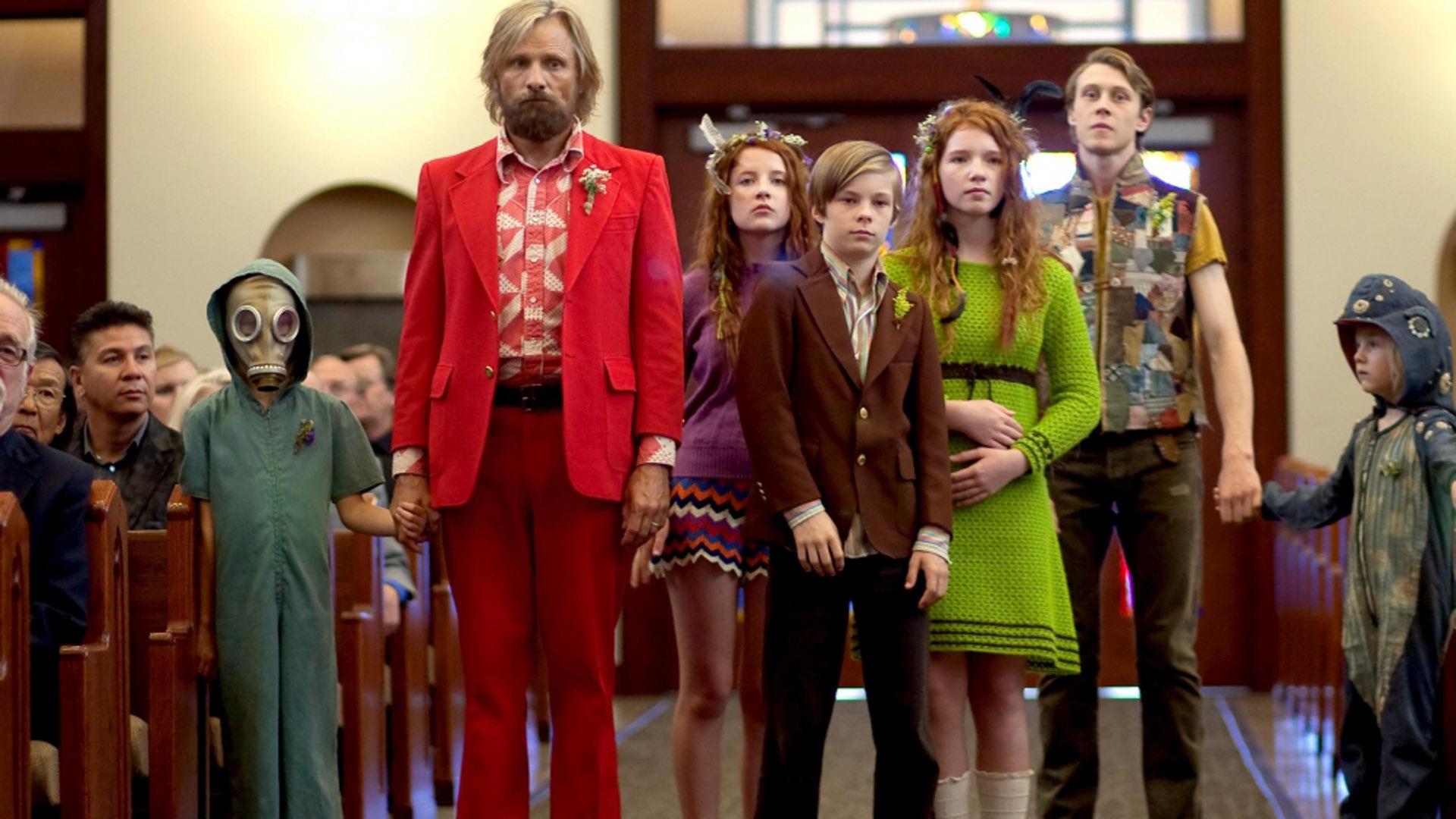 Ben (Viggo Mortensen) og barna skiller seg ut i Captain Fantastic (Foto: Norsk Filmdistribusjon).
