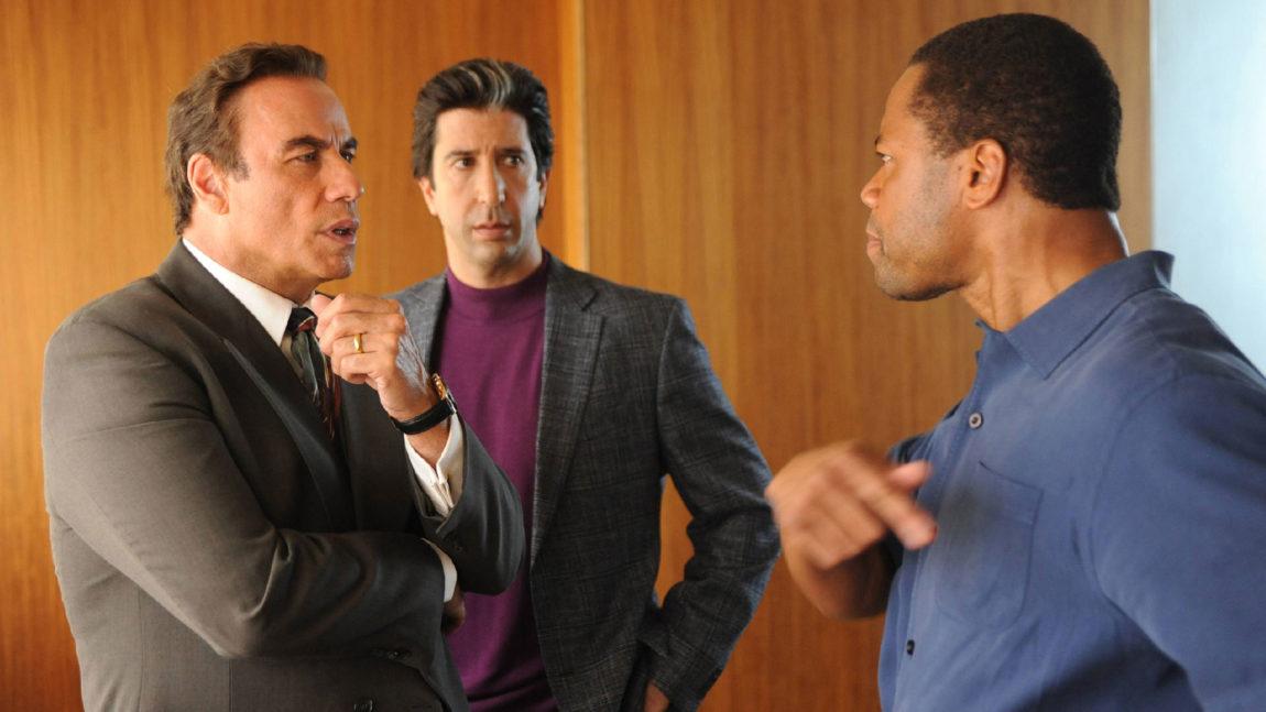 Robert Shapiro (John Travolta), Robert Kardashian (David Schwimmer) og O.J Simpson (Cuba Gooding, Jr.) planlegger forsvarsstrategi. (Foto: TV3, FX)
