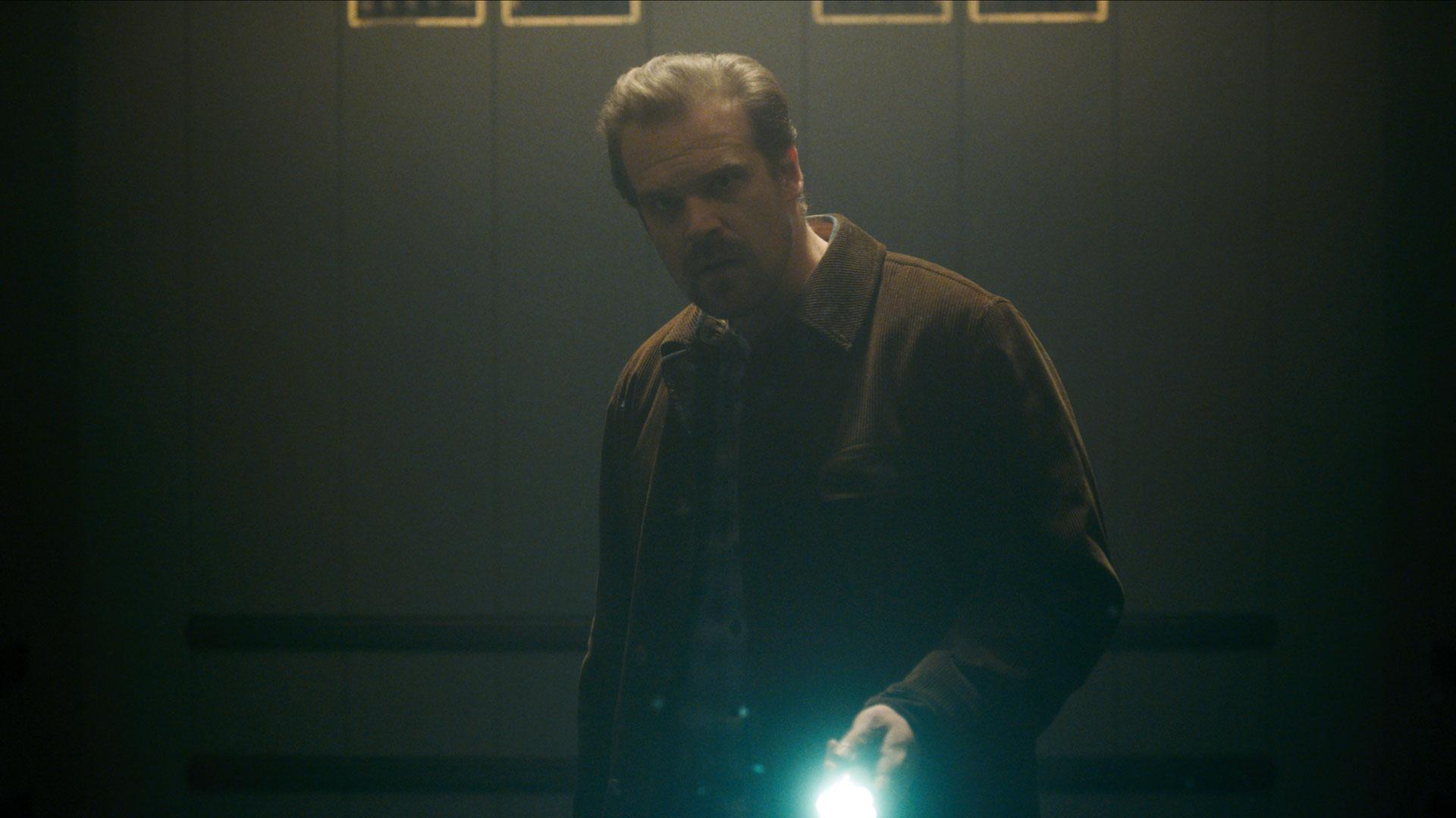 Sheriff Hopper (David Harbour) må ut å etterforske utenfor kontortiden. Stranger Things er god på å leke med lys og stemninger. (Foto: Netflix)