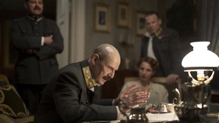 Kong Haakon (Jesper Christensen) må gjøre et vanskelig valg i Kongens nei (Foto: Paradox / Nordisk Film Distribusjon)
