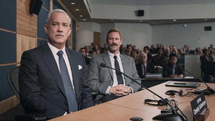 """Kaptein Chesley """"Sully"""" Sullenberger (Tom Hanks) og styrmann Jeff Skiles (Aaron Eckhart) må forklare seg i en offentlig høring i Sully. (Foto: SF Studios)"""