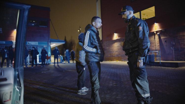 Noah blir stoppet av politiet i Barneraneren. (Foto: Tour de Force)